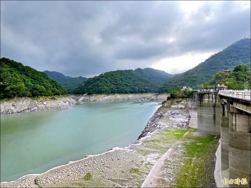 石門水庫水位持續往下探,5月下旬前若梅雨未報到恐衝擊供水。(記者李容萍攝)