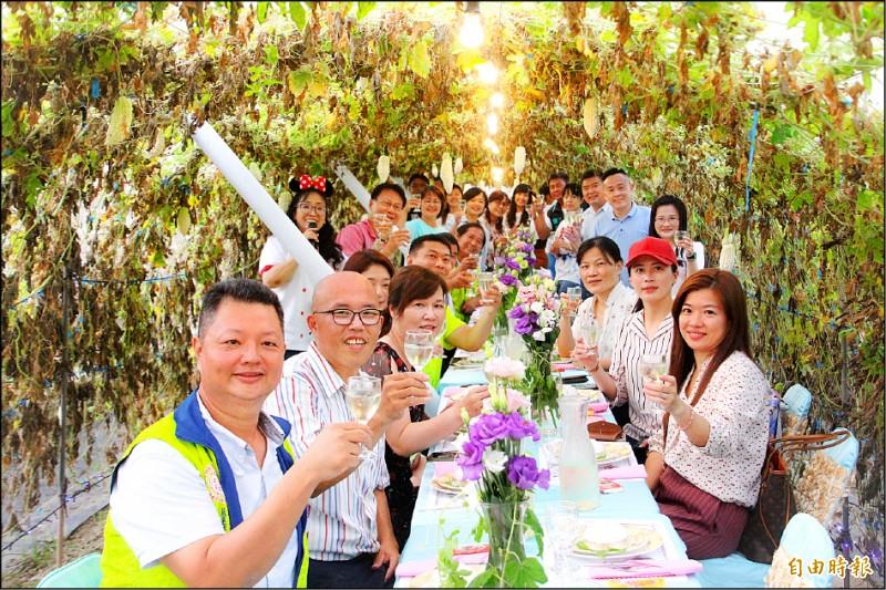 嘉義縣嚴選伴手禮協會與宏展農場將苦瓜園變身高級餐廳。(記者林宜樟攝)
