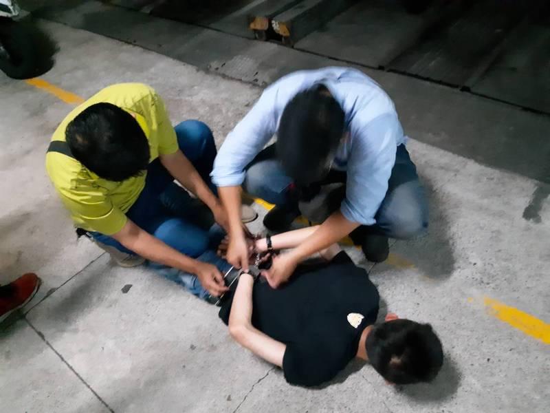 洪姓男子涉嫌持鐵鎚攻擊員警,今凌晨在左營遭警方逮捕。(圖讀者提供)