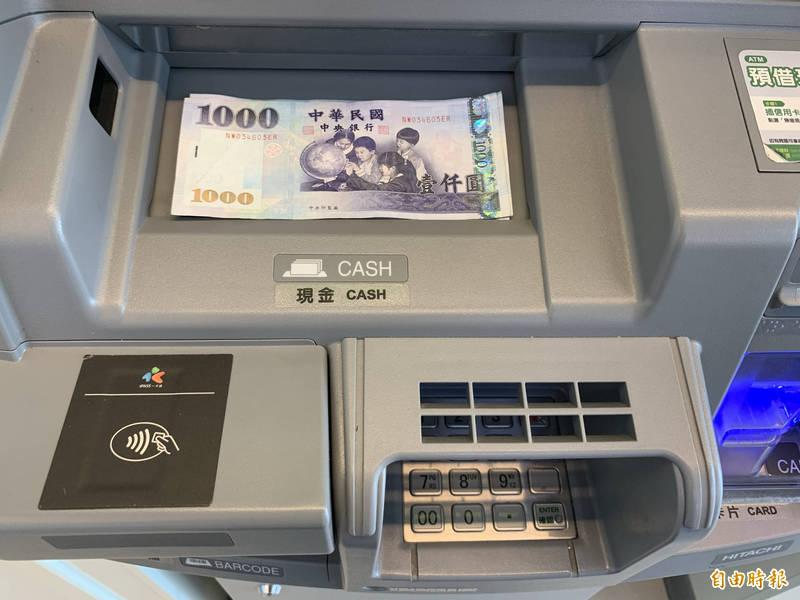 有民眾到便利超商提款機領錢,發現出鈔匣留有上一民眾領的錢就偷放自己口袋,被監視器拍下而吃上官司。 此為示意照。(記者陳鳳麗攝)