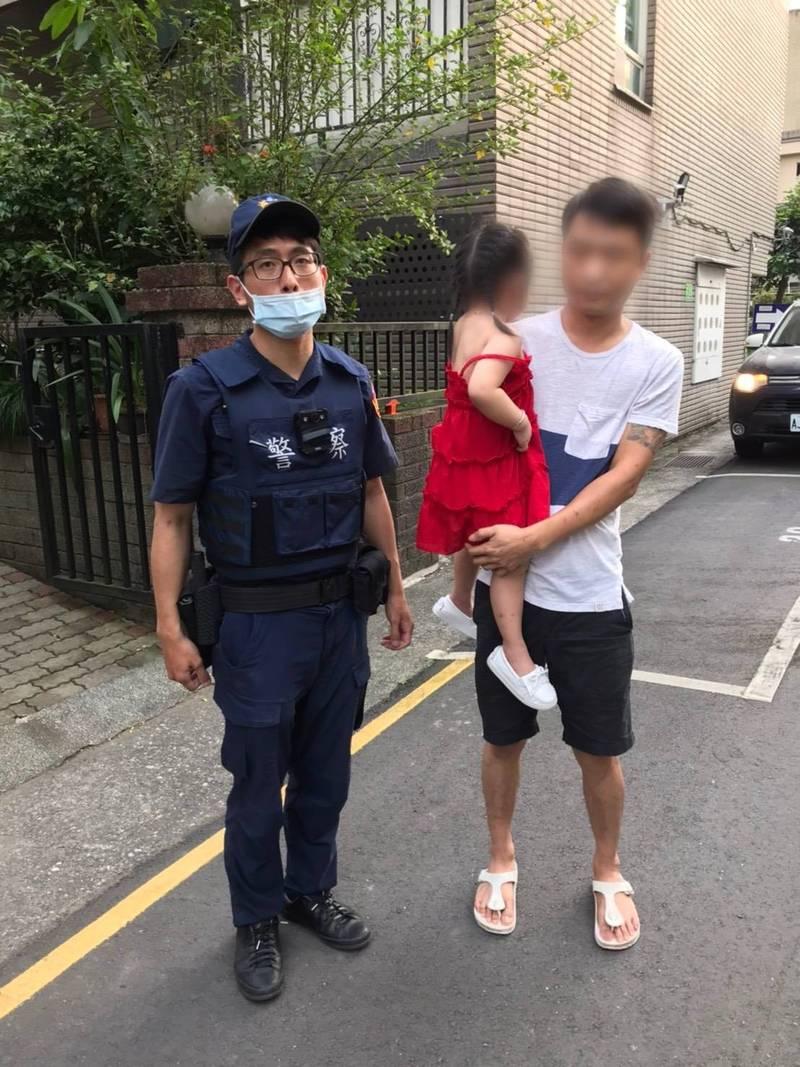警方利用警車上的廣播系統,成功幫女童找到家人(記者吳昇儒翻攝)