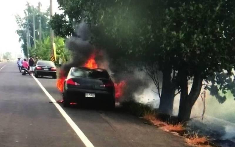 林明億無照駕駛撞人肇逃,機車卡在汽車下方拖行數公里起火。(記者林宜樟翻攝)