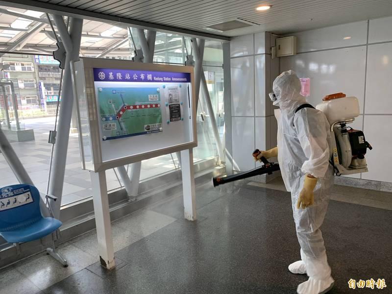 基隆市進行大消毒,範圍包括各級機關、學校、公有市場、傳統市場及公共空間。(記者林欣漢攝)
