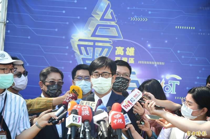 高雄市長陳其邁「陳醫師」上身,強調武漢肺炎已流感化、社區化,大家趕快打疫苗。(記者張忠義攝)
