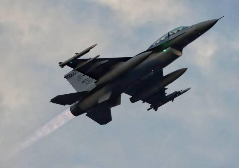 空軍已完成提升的F-16V型雙座機,昨天清晨升空進行AIM-120先進中程飛彈試射任務。(讀者Virgo提供)