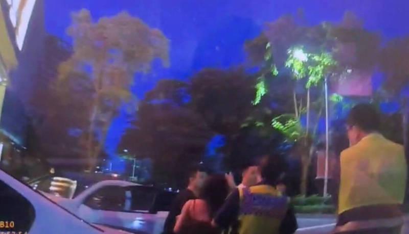 黃男穿著火辣的女性友人也幫忙求情打圓場。(民眾提供)