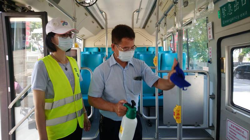 疫情升温進入二級警戒高市府因應,全面加強檢查公車、計程車防疫。(記者黃良傑翻攝)