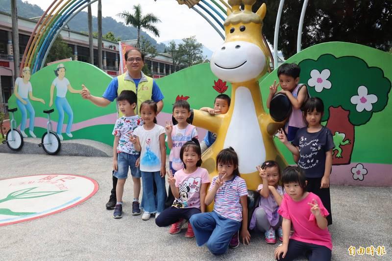 屈尺國小師生以長頸鹿為吉祥物,寓意深遠。(記者翁聿煌攝)