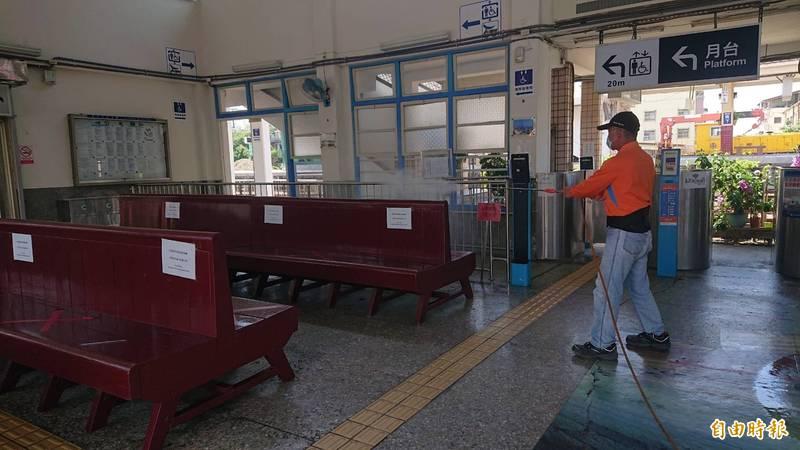 工作人員進入火車站候車室消毒。(記者林國賢攝)
