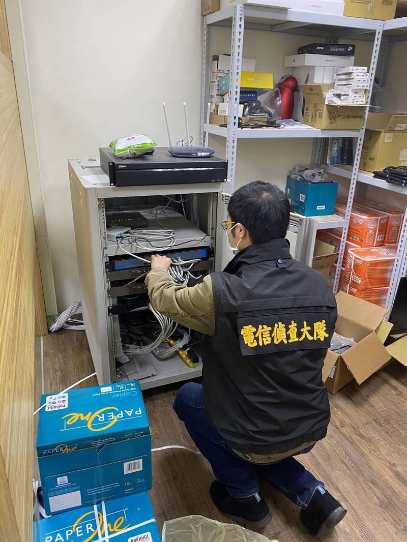 刑事局破獲全台21處跨境賭博網站逮24人。(記者姚岳宏翻攝)