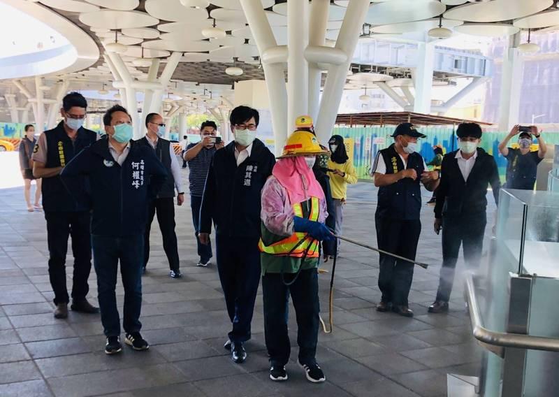 防疫升級,陳其邁今視察高雄火車站環境消毒。(市府提供)