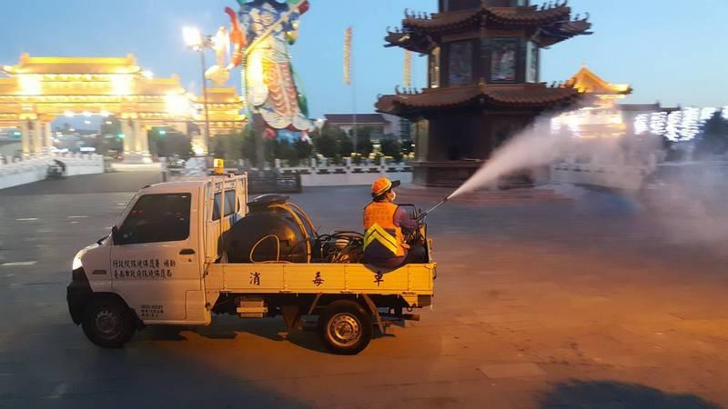 南市環保局今天下午派人前往鹿耳門聖母廟進行消毒。(台南市環保局提供)