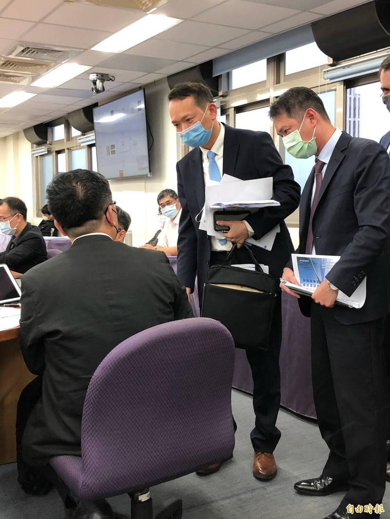 海龍公司與經濟部次長曾文生(左)討論合約調整的難處。(記者羅綺攝)