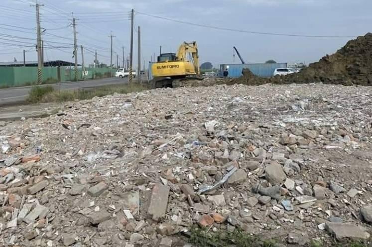 台鹽綠能公司義竹漁電共生案場附近有農地遭違法傾倒廢棄物。(記者林宜樟翻攝)