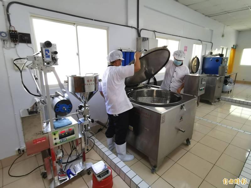 明德外役監在熱心企業支持下,引進擴大產能的新設備,成立滴雞精工作坊。(記者吳俊鋒攝)