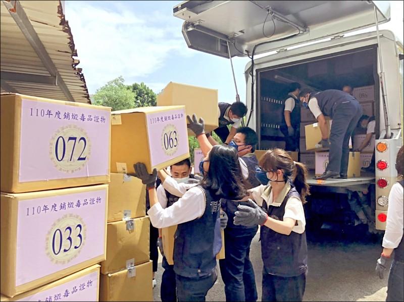 新興毒品氾濫,法務部日前「超前部署」一口氣拍板列管299項毒品,其中多數未曾在台灣現身。圖為調查官運送待銷燬的毒品。(調查局提供)