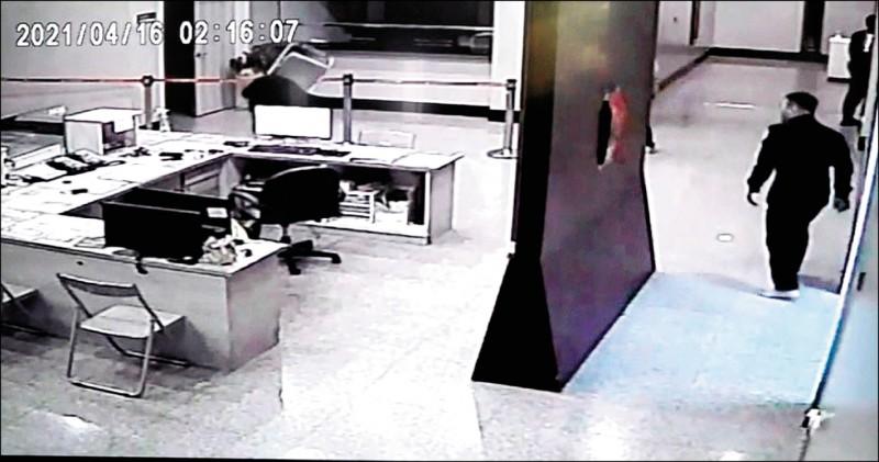 松山警分局遭黑衣人闖入尋仇及衍生的滅證、縱放人犯等案,北檢13天追查後昨火速偵結,僅起訴砸毀派出所電腦螢幕的四海幫成員徐權(圖左)1人。(資料照)