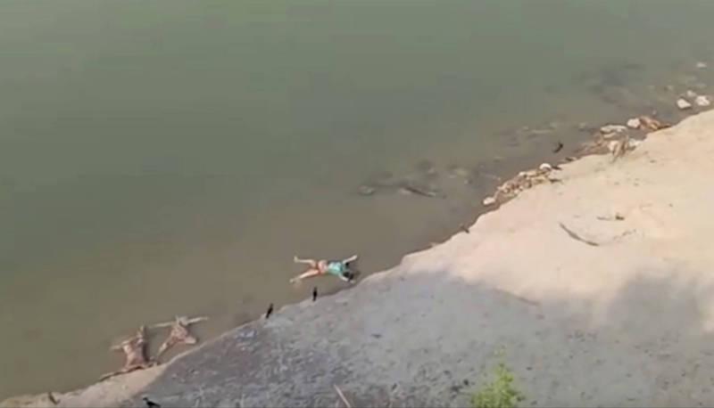 本月11日有影片拍到,印度北方邦恆河沿岸有遺體漂浮。(美聯社)