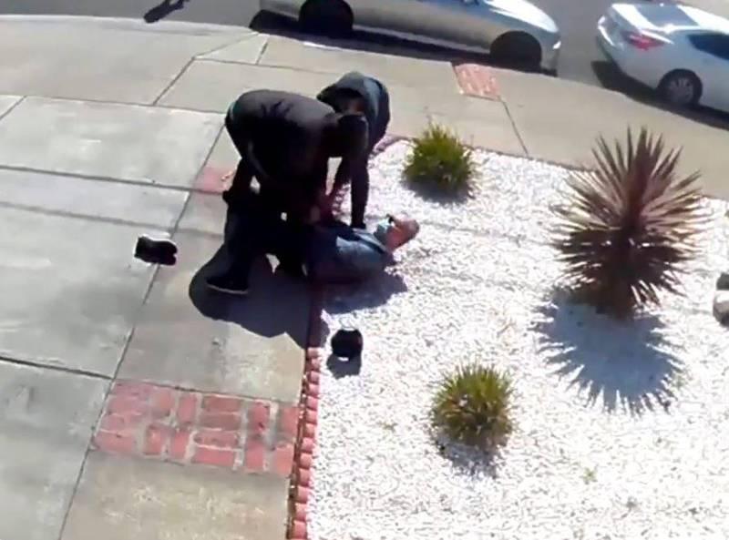 1名80歲的亞裔男遭兩名青少年擊倒在地,男子的財物被搶走,所幸只受一點輕傷。(翻攝自Twitter)