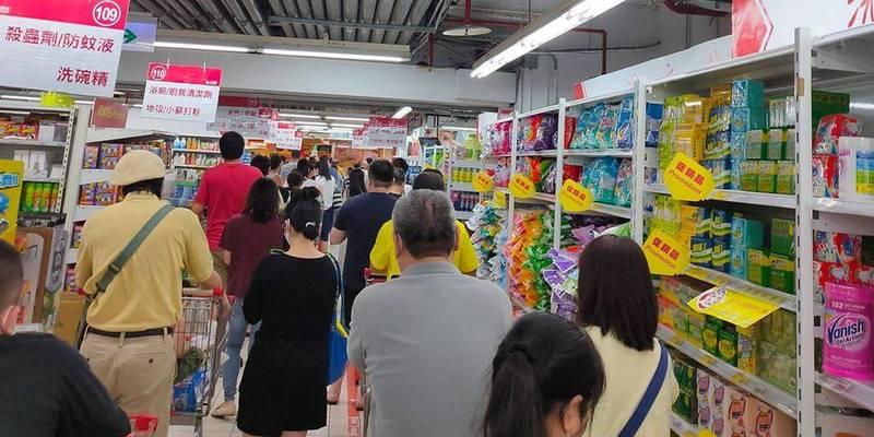 新北市當地知名連鎖大賣場出現搶購人潮。(圖取自我是中和人臉書社團)