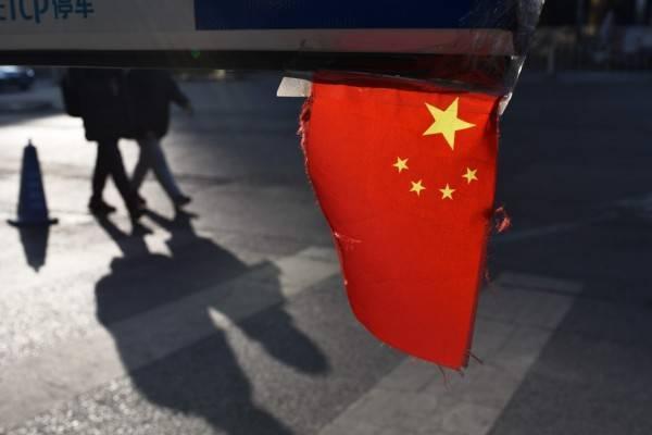 中國四川省成都市一名高中生9日在校內墜樓身亡後,但官方昨天通報排除刑事案件,並稱家屬無異議,隨後啟動維穩,排除抗議現場,揚言絕不允許「顏色革命」發生。中國五星旗示意圖。(法新社)