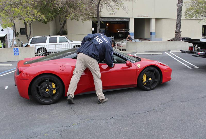 洛杉磯金融犯罪工作小組查扣卡迪里涉嫌利用詐貸紓困金購入的法拉利跑車。(美聯社)