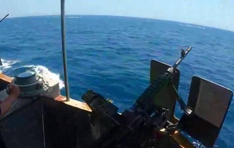 伊朗伊斯蘭革命衛隊(IRGCN)13艘快艇於10日刻意接近在荷莫茲海峽巡航的美國軍艦編隊,為此美國海岸防衛隊緝私艇鳴槍示警。(翻攝自臉書美國海軍中央司令部)