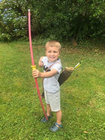今年年僅4歲的阿里(Ari),在父母的「間諜風格」教育下,已學會射箭、用木刀削物品及騎乘2輪腳踏車的技術。(圖翻攝自christinahillsberg個人IG)
