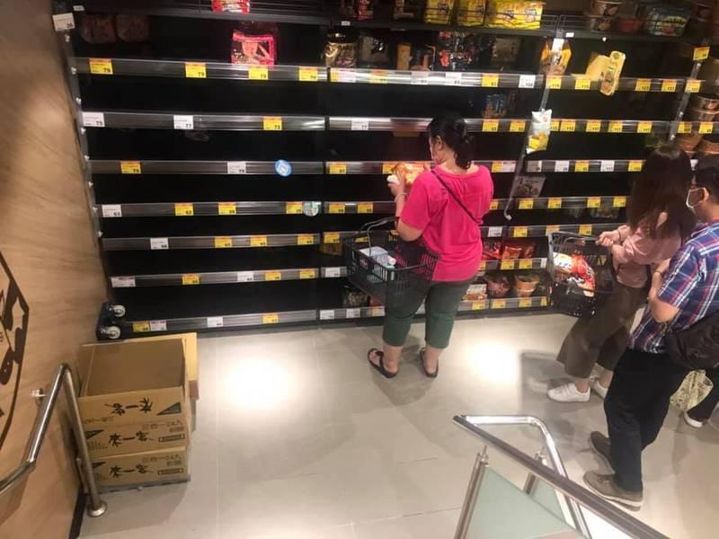 本土疫情升溫,現在許多量販店又出現了泡麵搶購潮。(圖取自臉書社團「爆怨2公社」)