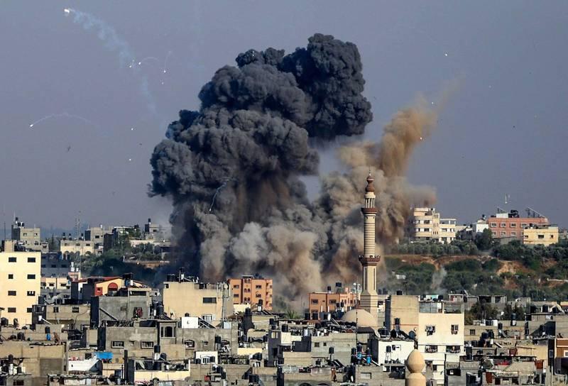 以色列和巴勒斯坦激進組織「哈瑪斯」近日衝突不斷,哈瑪斯領導人哈尼雅稱會持續對以色列進行火箭彈襲擊,以色列總理納坦雅胡則警告,將讓攻擊以國的人付出沉重代價。(法新社)