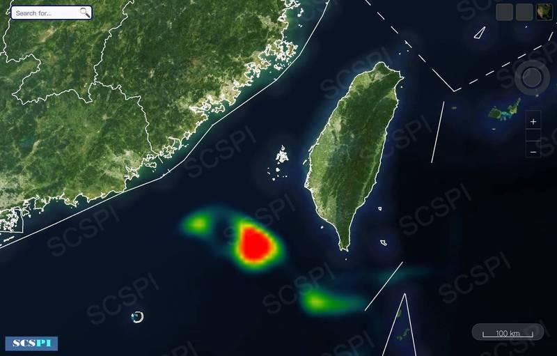 中國智庫丶北京大學「南海戰略態勢感知計畫」(SCSPI)今天在推特上,公佈美軍軍機到台灣南方及西南方空域執行偵巡任務,其中,在高雄外海至東沙島之間的一處空域,在軍機活動的色溫圖上,呈現驚人的紅色圓型區域。(圖:取自SCSPI推特)