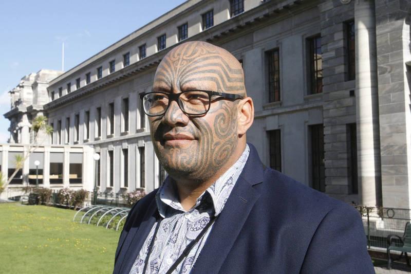 紐西蘭政府計畫設置毛利人健康管理局,引起兩派議員爭論,紐西蘭毛利黨議員懷蒂蒂(見圖)在議會上以原住民傳統哈卡舞表達支持法案。(美聯社)