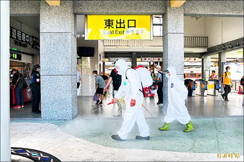 花蓮縣環保局人員昨天下午加強消毒花蓮車站。(記者花孟璟攝)
