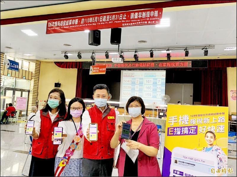 台灣疫情警戒提高到二級,又正值報稅季,新竹市長林智堅(右二)昨天到稅務局視察防疫作為,並鼓勵利用網路及手機報稅。(記者洪美秀攝)