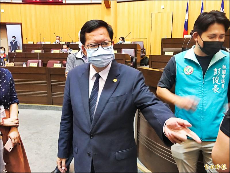 桃園市長鄭文燦(左)說明社區進入二級疫情警戒,以及市府的各項整備措施。(記者謝武雄攝)