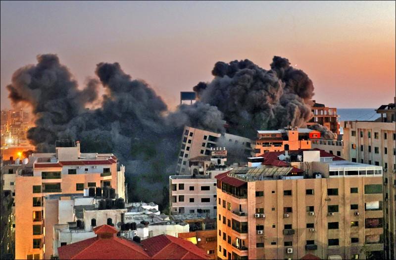 加薩市哈南迪(Hanadi)十一日遭以國空襲後冒出黑煙。(法新社)