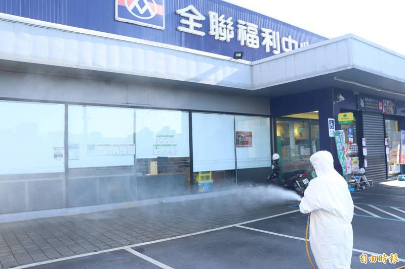 宜蘭市公所接獲通知後,今一大早就派員針對全聯周邊環境進行消毒,要讓民眾安心。(記者林敬倫攝)