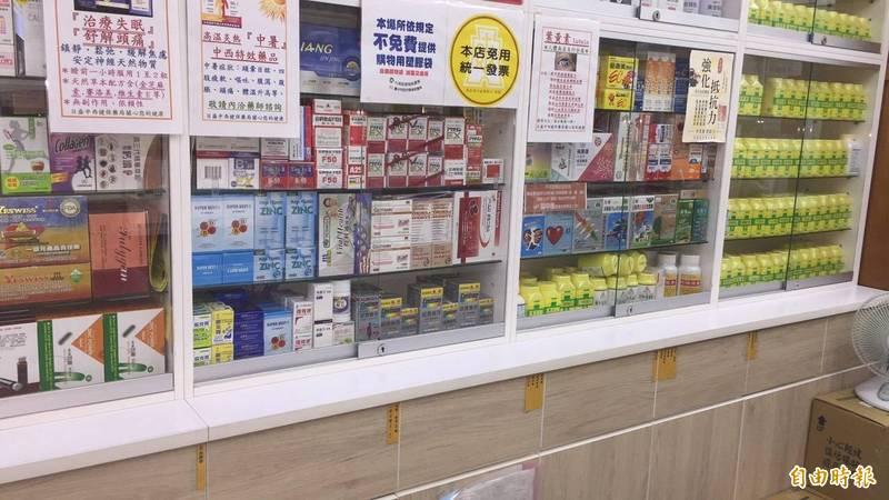 藥局原本放在架上的口罩酒精被搶購一空。(記者蔡淑媛攝)