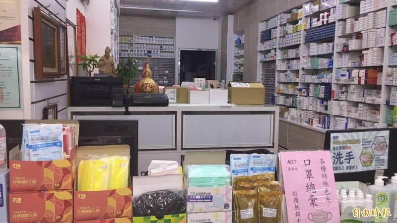 藥局被搶購防疫物資,只剩零星口罩、酒精,採取限量購買,讓人人都買的到。(記者蔡淑媛攝)