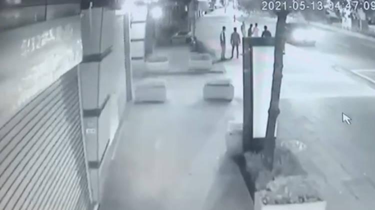 中和今晨有8名男子在景平路邊開槍、施放信號彈,犯後各自搭車逃逸,現場遺留一顆彈殼、一只紅色拉環及一地檳榔汁。(記者闕敬倫翻攝)
