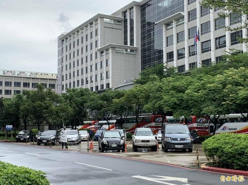 華航諾富特染疫追溯專案台南共匡列70人,市府表示已全數採檢陰性並解除隔離。(資料照)