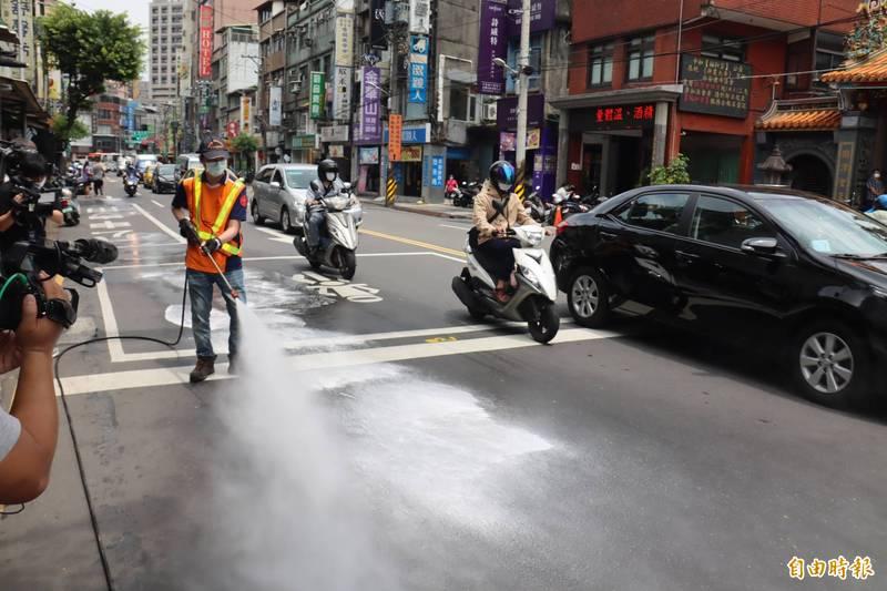 環保局人員在中和區加強街道及公共區域消毒工作。(記者翁聿煌攝)