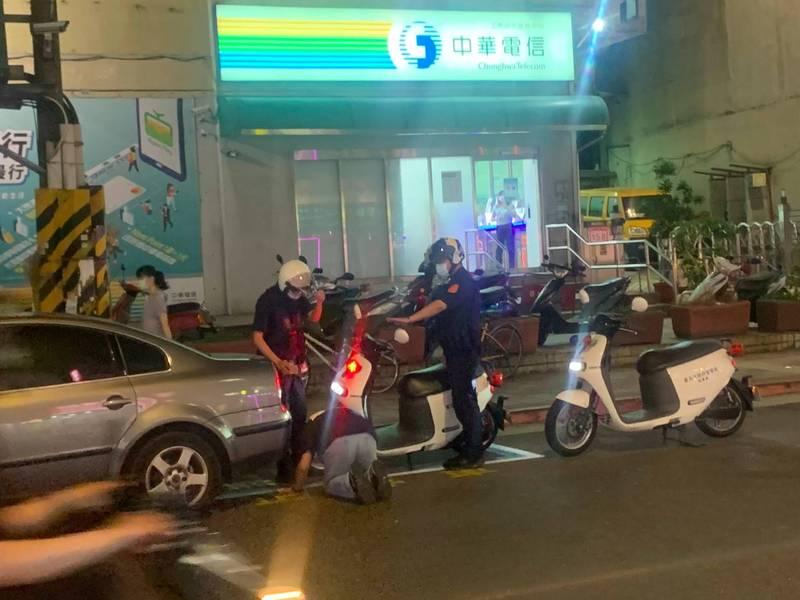 林撞到警車後情緒激動,誇張當街下跪。(民眾提供)