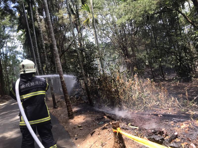 埔里鎮永豐路農園發生雜草火災,消防隊員射水滅火。(民眾提供)