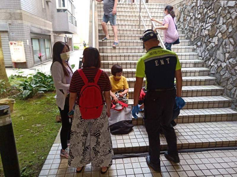 消防隊員打開電梯門,協助民眾脫困。(記者吳昇儒翻攝)