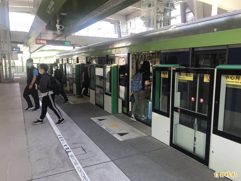 台中大停電,市民質疑「捷運會停在半空中嗎?」(記者廖耀東攝)
