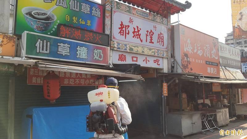 新竹市都城隍廟被列為確診者的足跡範圍,市府今天下午已啟動全面消毒,並請攤商停業兩天。(記者洪美秀攝)