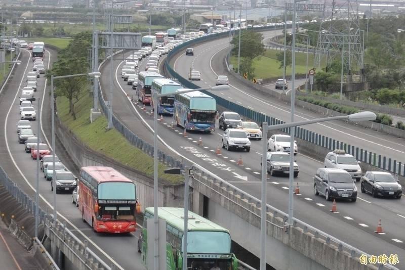 宜蘭關16處風景區,高公局研判週末車流減少,國道5號6日6日以前每週日北上高乘載暫停實施。(資料照)