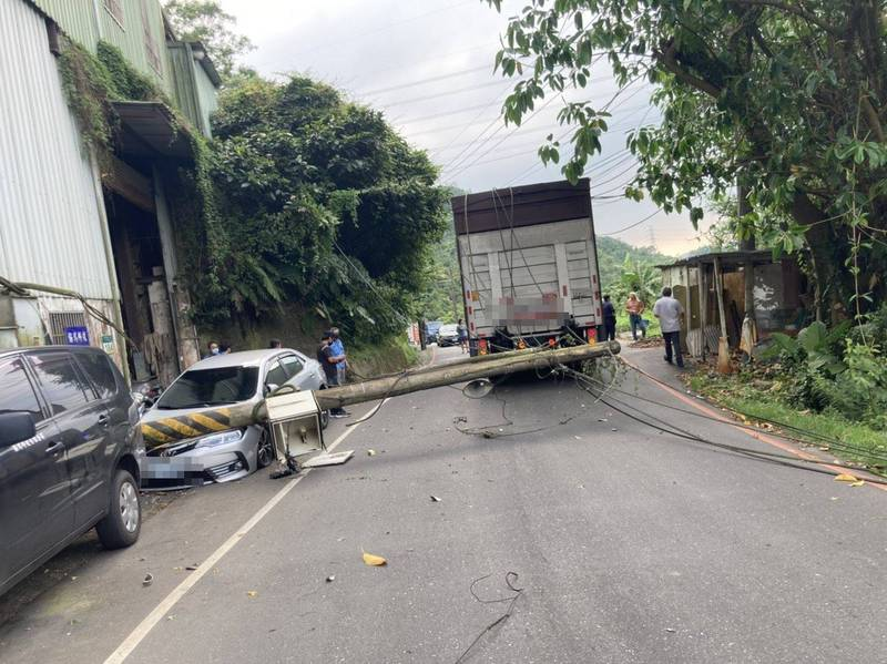 大貨車違規闖入禁行道路,拉倒電線桿直接砸毀路旁車輛。(記者吳昇儒翻攝)
