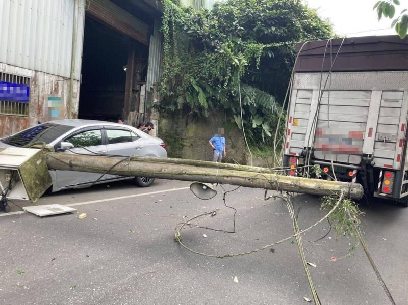 大貨車拉倒電線桿直接砸毀路旁車輛。(記者吳昇儒翻攝)
